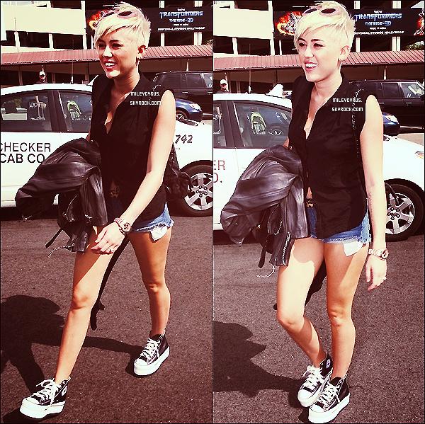 """. 20/09/12 - Miley , à été vu en faisant une pause du tournage d'un nouveau clip à l'extérieur d'un hôtel. Miley à aussi tweeté : """"a obtenu autant de filles pour notre :) vidéo va être tellement doper ❤ ❤ ❤"""" ."""