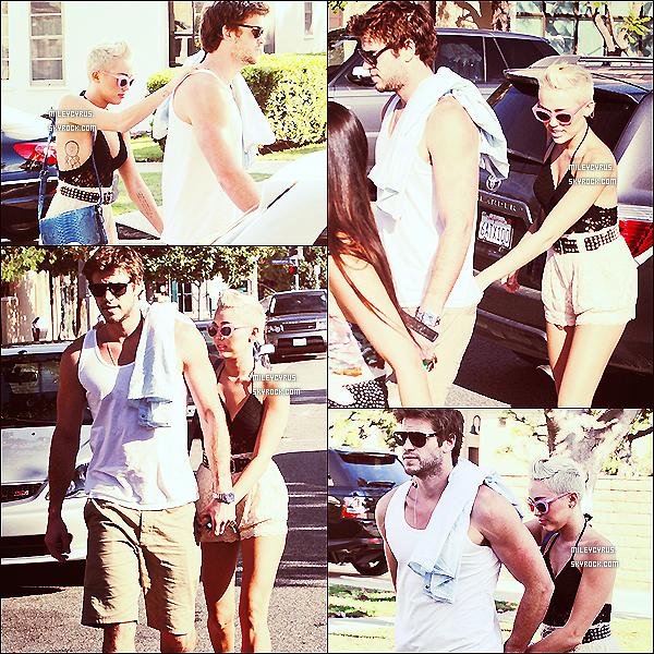 . 29/09/2012 - Miley et son beau fiancé Liam Hemsworth ont été vus, main dans la main dans les rues de Santa Monica. Je n'aime pas trop sa tenue donc pour moi c'est un bof. Et toi que penses-tu de sa tenue et sa coiffure ?  .