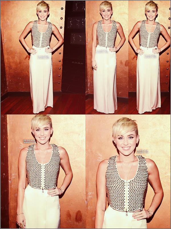 """.  10/10/2012 -La belle Miley s'est rendue """"City Of Hope Honors Halston CEO Ben Malka With Spirit Of Life Award"""" toute seule. Ensuite elle a performé sur scène, plusieurs chansons (aucune vidéo). Top or Flop ?  ."""