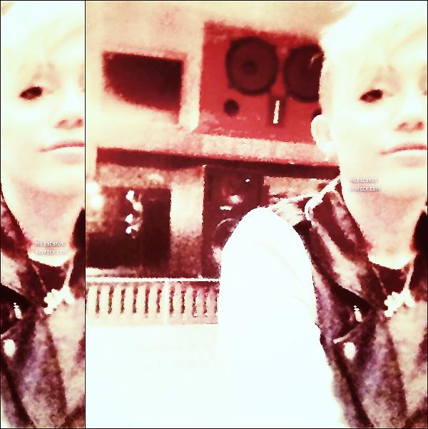 . 24/10/2012 -Mileyet Liam ont été vus près d'un Starbucks où ils ont pris un café à Los Angeles ! .