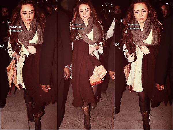 . 3/03/2011 -  Miley allait au restaurant avec sa soeur Brandi à New-York City. Souvenir de ses beaux cheveux longs.. ahaha. Elle à bien changer notre Miley. (l)  .