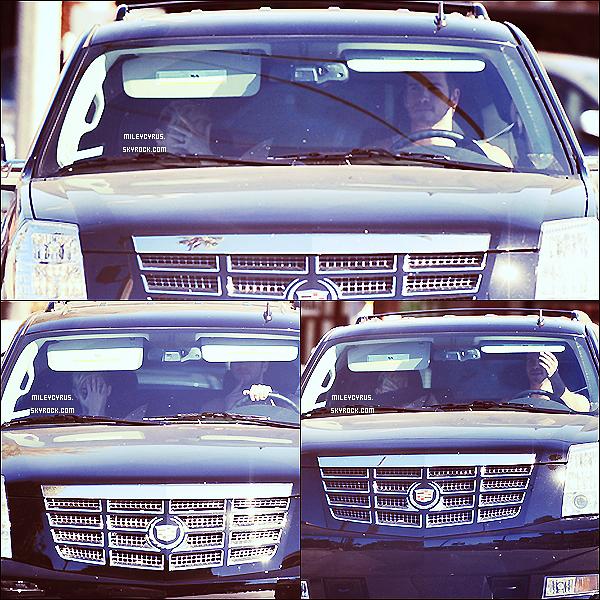. 28/10/2012- Miley à été aperçu dans une voiture avec son fiancé Liam à Santa Monica. .