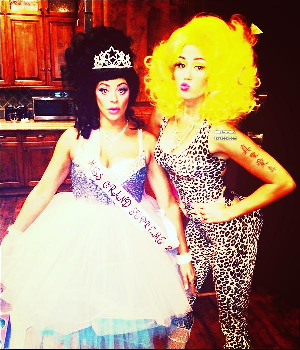 . Miley s'est déguisée en Nicki Minaj pour Halloween. Alors réussi ou pas ? .