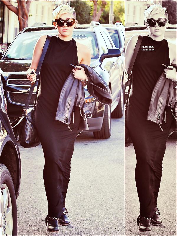 . 11/11/2012- Miam allant se prendre uncafédans les rues de Los Angeles. Pour la tenue, j'adore, du haut jusqu'en bas, c'est un très beau top pour moi, top or flop ?  .