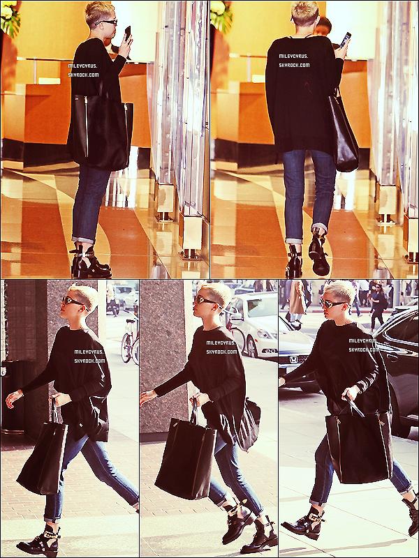 . 05/12/2012- Miley a été vu allant dans un bâtiment médical à Beverly Hills.  J'adore sa tenue mais je déteste ces chaussures ! Mais Miley reste magnifique ! TOP ou FLOP ?  .