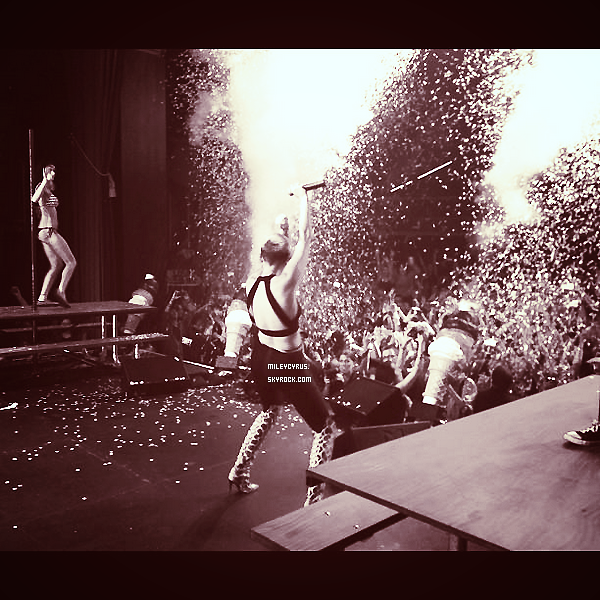 . 08/12/2012- Miley était sur scène avec Borgore à Los Angeles. Elle y à chanté Decisions. Je déteste sa tenue ainsi que ses bottes!  Sa fait tellement plaisir de la revoir sur scène.  .