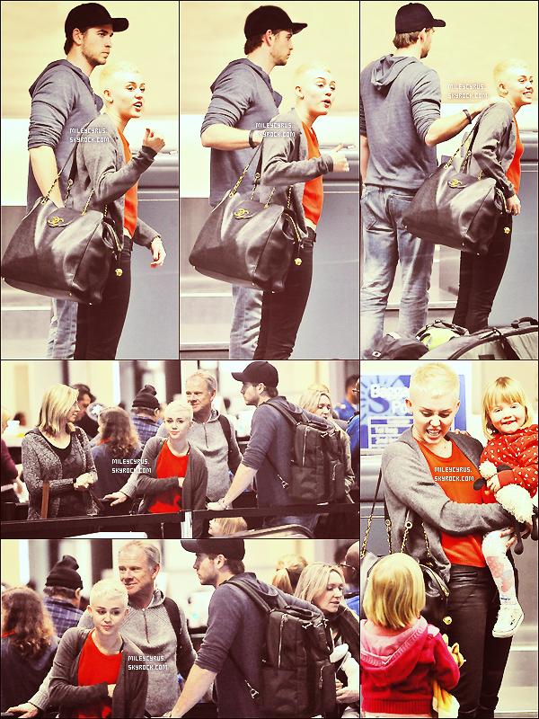. 11/01/2013 - Miley, les deux nièces et les parents de Liam, et Liam à l'aéroport LAX. Miley et la famille de Liam ont été aperçus à l'aéroport LAX (à Los Angeles) pour quelques petite vacances pour célébrer l'anniversaire de Liam qui est née le 13 Janvier ! J'adore la tenue de Miley, c'est un gros top pour moi ! .
