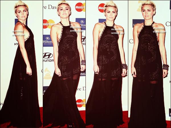 . Le 9/02/2013 : Miley était aux Pre-Grammy Awards, organisé par Clive Davis. Elle portait une robe noire Emilio Pucci qui laissait qui, décolleté sur les côtés au niveau de sa poitrine, des talons Versace et des bijoux Lorraine Shawartz & Ofira. Alors top ou flop pour notre Miley ? .