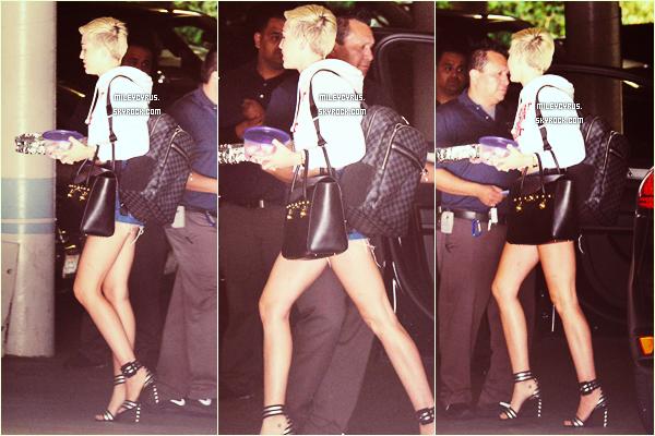 . 10/04/2013 : Miley était à Beverly Hills. Je ne sais pas vous, mais je déteste sa tenue. .