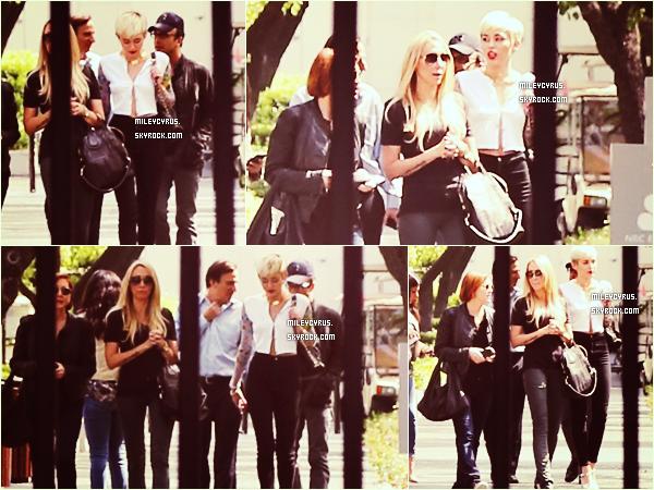 . 22/04/2013 :Miley  quittant l'hôtel Montage à Beverly Hills.  Je n'aime pas du tout mais du tout sa tenue. Son tee-shirt et ses talons hauts, ça passe pas..