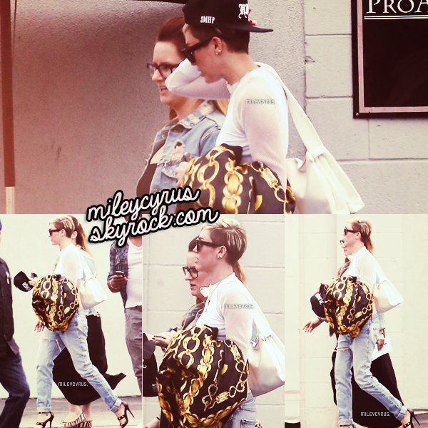 . Le 23/06/2013 : Miley a était aperçue direction le studio à Los Angeles.    .