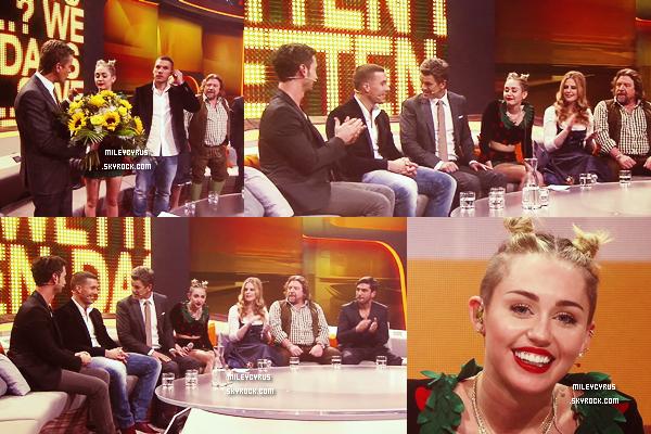 . |07 Novembre 2013 | Candids | Miley était à Amsterdam. Elle a était vu au Coffeeshop Greenhouse. Miley est a Amsterdam pour les EMAS qui se dérouleront dimanche et que vous pourrait voir en direct sur MTV à 21h.   .