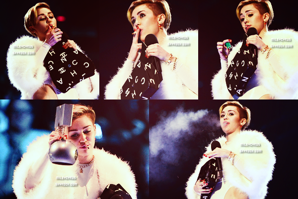 . |10 Novembre 2013 | APPARENCES | Miley était présente aux EMA'S à Amsterdam.  Elle a remporté un prix pour sa chanson Wrecking Ball.   .