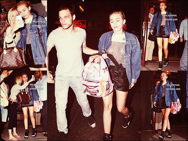 . |09/09/2014 | Candids | Miley à peine sortie de son hôtel à New York, harcelée par ses fans ! .