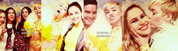 . |16/09/2014 | Concert | Mercredi et jeudi, Miley à commencer ses premiers concerts au Mexique, à Monterrey. Et elle a déjà fait un scandale! Miley s'est fait surpassé en se faisant fouetter sa paire de fausses fesses avec des drapeaux aux couleurs du pays. La vidéo a vite été vu par les médias mexicains choqué du comportement de notre chanteuse. Une enquête à été ouverte, et il semblerait que cet acte soit passible d'une amende de 1270 dollars et d'une détention de 36h en prison !  .