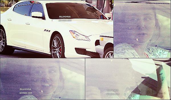 . 24/02/16 - Miley a été aperçu dans une station d'essence dans sa voiture à Calabasas. Enfin des news de la belle Miley Cyrus ! Les photos sont de très mauvaises qualités, désolé. Ca fait extrémement plaisir de la voir enfin ! .