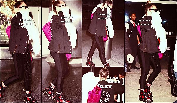 . 28/02/16 - La belle chanteuse M. a été repéré arrivant à l'aéroport JFK à New York ! Miley a été vu souriante mais juste après la belle a commencé a se cacher. Je n'aime pas trop sa tenue, c'est un flop pour moi ! Top ? .