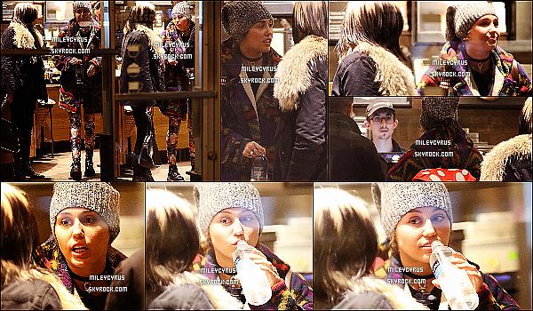 . 03/03/16 - Miley a été vu avec de la famille qui lui ont rendu visite dans New-York ! Ça fait de plaisir de voir Miley sortir de plus en plus ! Par contre je n'aime pas du tout la tenue de la chanteuse, c'est un flop pour moi ! .