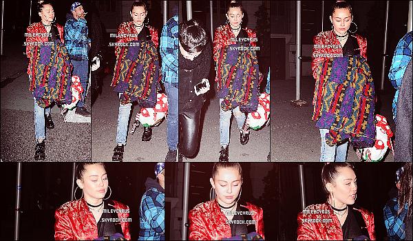 . 05/03/16 - Miley Cyrus a participé a SNL afterparty tenue au restaurant ACME ! La jeune femme aurait était avec son amie Rita Ora ! Sinon côté tenue, je n'aime pas trop sa tenue du coup ça sera un flop pour moi ! .