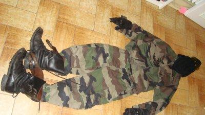 Tenue classique de l'ANT : cagoule, lunette de protection, gants, veste et pantalon de treilli pour finir les rangers.