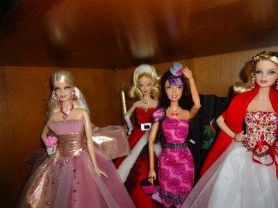 """les Barbie Noël et aussi de la collection """"noir"""" et les articuler"""