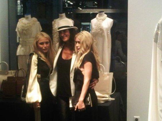Mary-Kate et Ashley au lancement de leur ligne de sacs à main The Row chez Montaigne Market à Paris le jeudi 29 septembre 2011