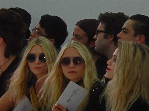 Mary-Kate et Ashley au défilé de Kanye West le samedi 1er octobre 2011 à Paris en France
