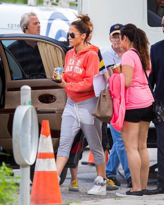 """Jennifer arrivant sur le tournage de """"Shades Of Blue"""" le 14.07.2015"""