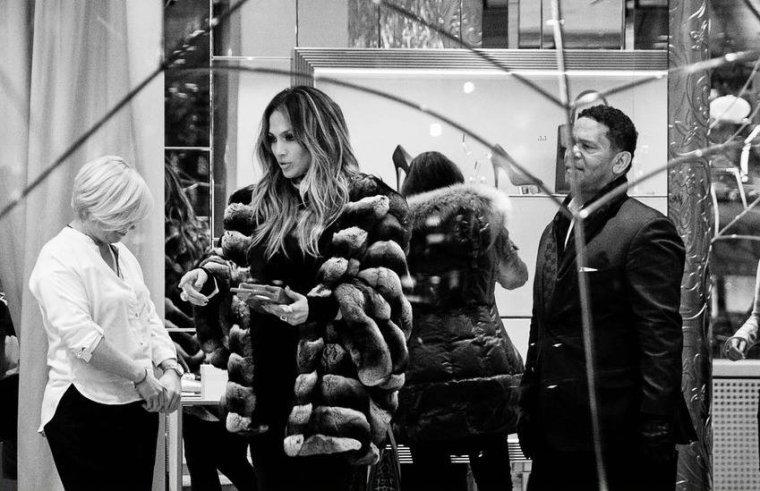 Jennifer faisant du shopping et revenant à son hôtel à Moscou le 26.03.2016