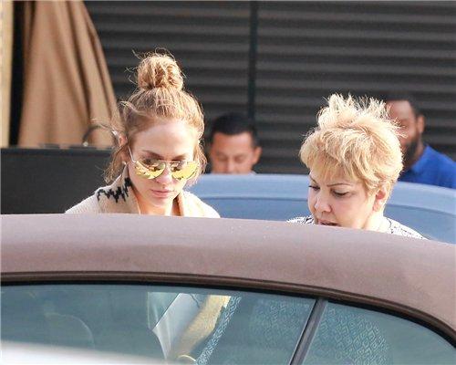 "Jennifer et sa maman Guadalupe le 28.03.2016 sortant du restaurant ""Nobu"""