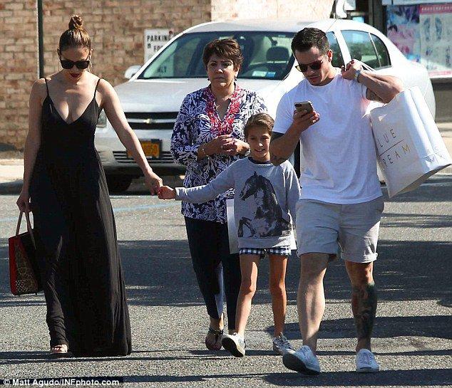 Jennifer faisant du shooping dans les hamptons avec sa famille le 19.06.2016