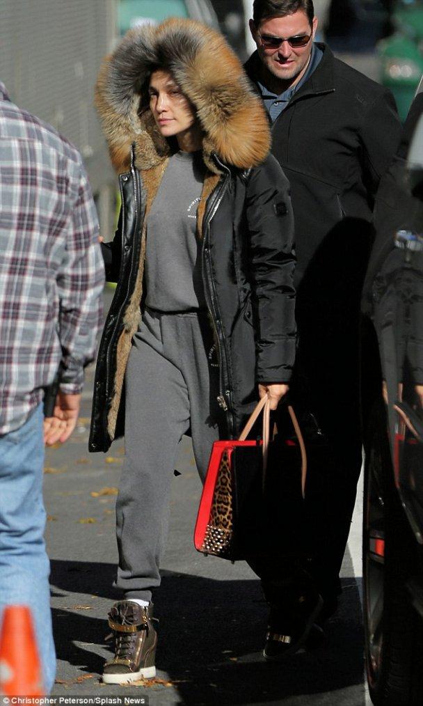 """Jennifer arrivant sur le set de """"Shades Of Blue"""" le 11.11.2016"""