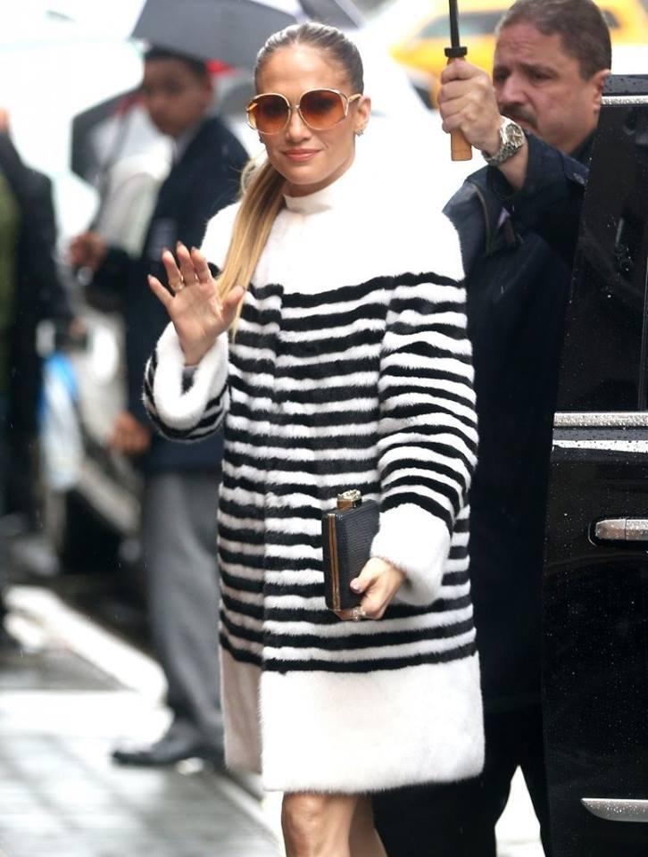 """Jennifer arrivant sur """"Live With Kelly"""" le 01.03.2017"""