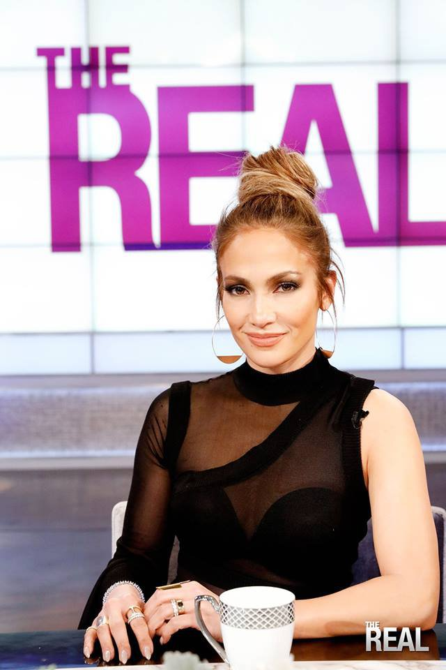 "Jennifer sur le plateau de ""The Real"" le 10.03.2017"