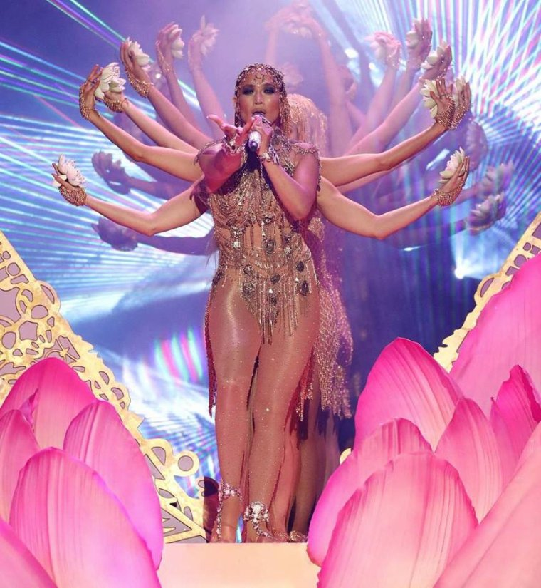 "Jennifer performant ""El Anillo"" au Latin Bilboard le 26.04.2018"