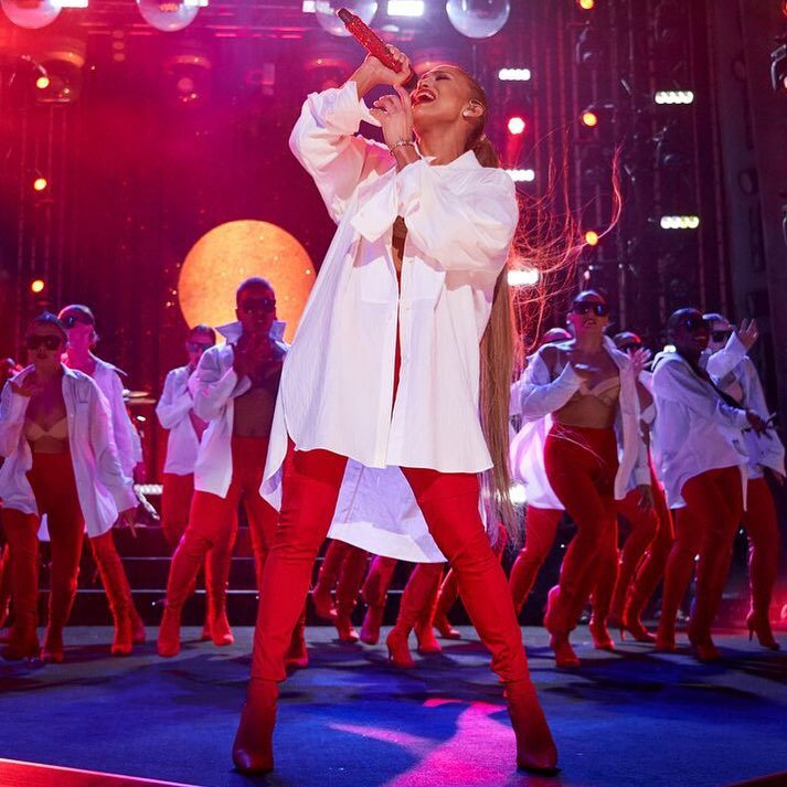 (31.12.2018) Jennifer performant pour le nouvel An