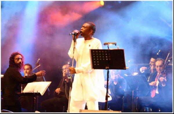 Un Artiste Africain qui mérite respect...Un Exemple De Réussite YOUSSOU N'DOUR L'Idôle de Tous les Jeunes Sénégalais