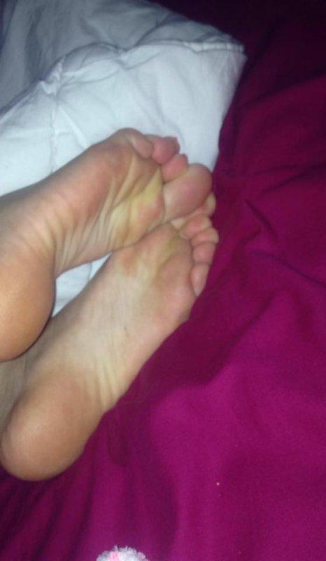 """hum ces pieds a nessia sont bien jaune la comme j""""aime"""
