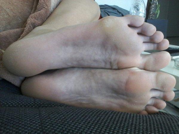 encore les pieds de manon en gro plan du 42 y sont au top ces pieds