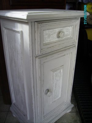 petit meuble ou table de nuit patine et craquele a vendre au vermoulu vendu blog de decapagepatine. Black Bedroom Furniture Sets. Home Design Ideas
