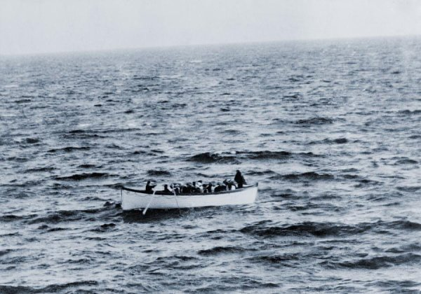 A la dérive au milieu de l'océan