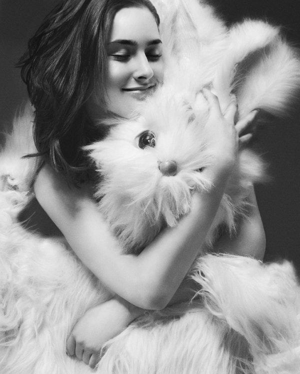 """"""" Le bonheur est éphémère, il passe sans s'arrêter, il s'attarde parfois, l'espace d'une illusion, mais rares sont ceux qui savent le retenir, le garder. Il est si fragile, si vulnérable, il suffit de trois fois rien pour l'effrayer, le voir fuir à jamais. """"                                                                        [Fleurette Levesque]"""