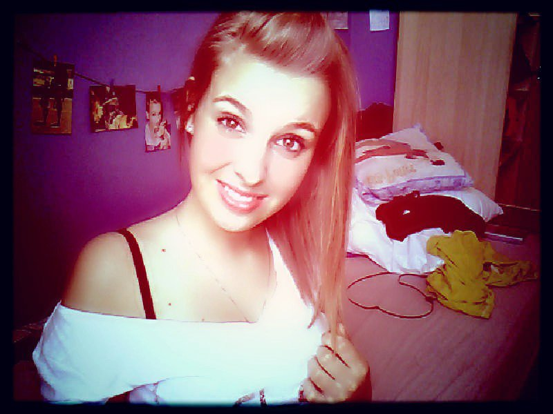 Je fais comme si tout était normal, mais derrière mes sourires, mon regard, j'ai mal ! ♥