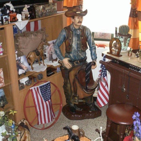 mon cowboy le cadeau de ma femme pour ma féte des pére maintenant il veille sur mon bar lol