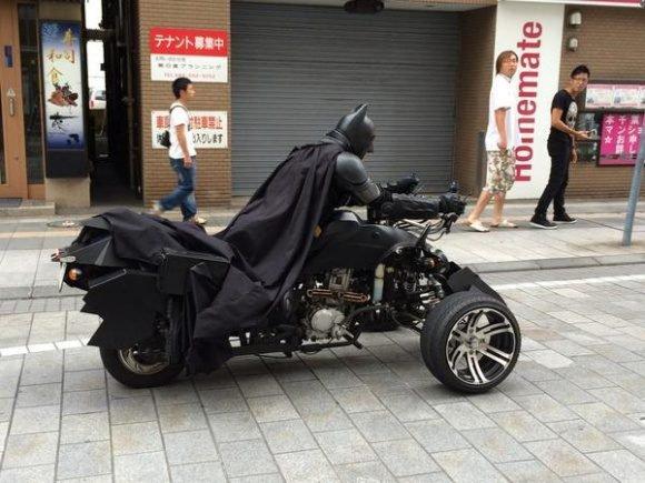 batman sur une moto a 3 roues
