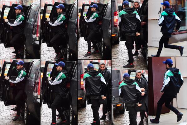 - 25/01/17 : Comme d'habitude, Zayn a été aperçu lorsqu'il sortait de sa voiture devant l'appartement de GigiAlors là, je suis totalement fan de la tenue de Zayn. De la tête aux pieds, tout est juste parfaite. Sa veste est incroyablement belle. Un énorme top ! -