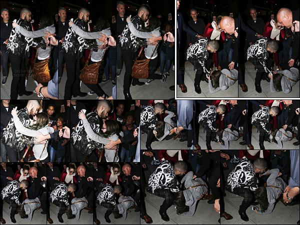 """"""" 25/03/2016 : Zayn quittait son hôtel pour se rendre à la soirée organisée pour la sortie de son tout premier album solo.Alors qu'il quittait les lieux de l'événement, Zayn s'est précipité pour venir en aide à une fan qui a perdu l'équilibre et est tombée, c'est vraiment la honte. """""""