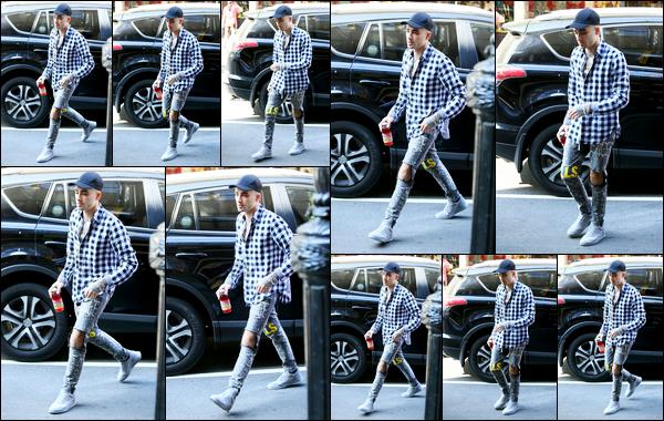.18/06/17. ─ C'est tout fatigué que Zayn a été photographié alors qu'il se promenait dans les rues de la ville de New-York J'ai l'impression de retrouver le Zayn que l'on a connu dans les One Direction, tout maigre et toujours fatigué. Il reste cependant bien habillé, un gros top