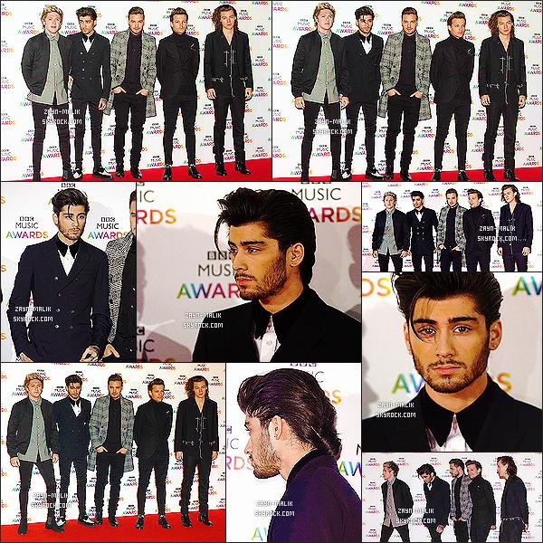 """"""" 11/12/2014 ─ Les One Direction sont allés à la cérémonie « BBC Music Awards » qui se déroulait dans Londres. Je suis totalement fan de la tenue vestimentaire de Zayn, son costard lui va à ravir. J'aime beaucoup sa coiffure, je suis wow. J'ai rien à dire, il est parfait  """""""