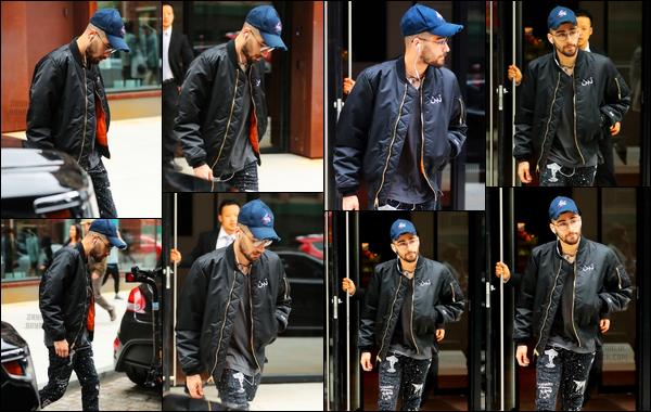 .01/05/17. ─ Zayn a été photographié alors qu'il sortait de l'appartement de Gigi Hadid situé à Manhattan dans New-York. Comme je vous le disais, Zayn a l'air d'aller mieux puisqu'il remarche. Pour la tenue qu'il porte, je suis totalement fan, c'est juste un énorme top, j'adore !